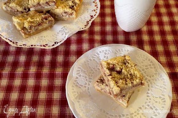 Готовый пирог полностью остудить и нарезать на квадратики. Хранить в холодильнике. Приятного аппетита!