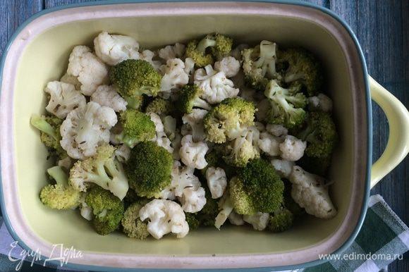 Разогрейте духовку до 200°С. Разделите брокколи и цветную капусту на небольшие соцветия. Смешайте капусту с оливковым маслом и запекайте минут 10.