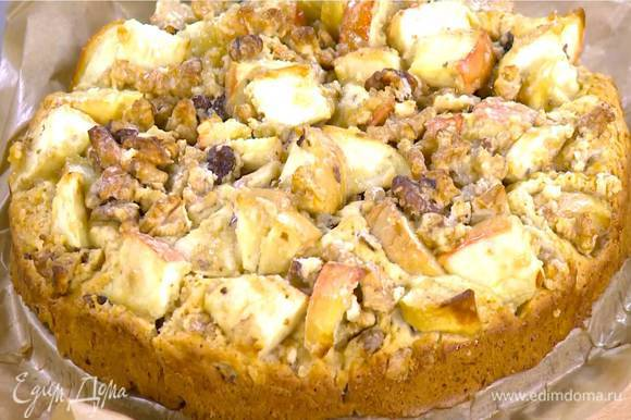 Выпекать пирог в разогретой духовке 30‒35 минут.