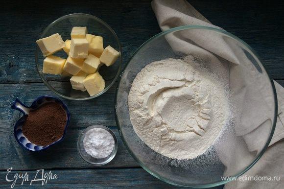 Для теста: в миску просейте муку, какао и сахарную пудру.