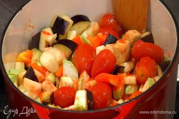 Помидоры в собственном соку выложить в кастрюлю с овощами, все перемешать, накрыть крышкой и тушить на небольшом огне минут 30 до готовности.