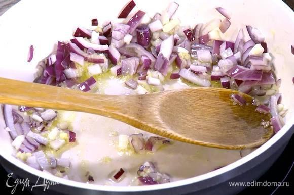 Чеснок почистить, мелко порубить и добавить к луку с имбирем.