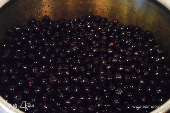 Стакан воды (можно чуть больше) выливаем в кастрюлю, где будем варить варенье. Воду доводим до кипения, снимаем с плиты. В кипяток высыпаем наши ягодки. Аккуратненько перемешиваем деревянной ложечкой, чтобы каждая из ягодок побывала в воде. Это мы делаем для того, чтобы рябина стала мягкой и лучше пропускала сироп. Проделываем это 5-7 минут.