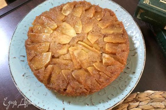 Готовый пирог слегка остудить в форме 15 — 20 минут. Затем аккуратно перенести на блюдо.