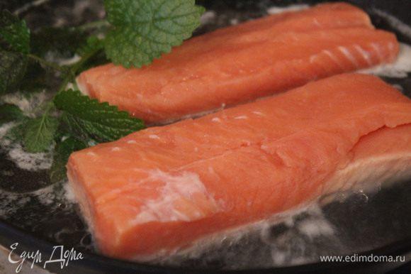 Отварите рыбу в небольшом количестве подсоленной воды с веточкой мелиссы, накрыв крышкой. Положите ее кожей вниз и не переворачивайте. Аккуратно несколько раз полейте кипящим бульоном сверху на рыбу. Время приготовления зависит от толщины кусочков.