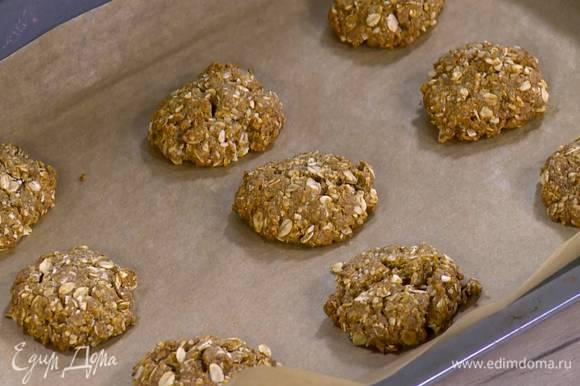 Выпекать печенье в разогретой духовке 8‒10 минут.