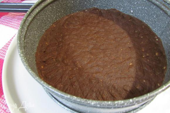 Полученное шоколадное тесто выложить внутрь кольца и хорошо утрамбовать.