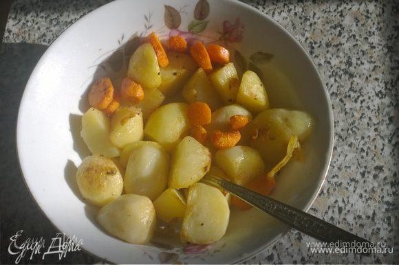 Переходим к картошке. Килограмм некрупных картофелин разрезаем на четвертинки (маленькие половинки), а две морковки — колечками. В сотейнике или толстостенной кастрюле растапливаем жир (остатки кожи) на медленном (!) огне и обжариваем в нем картошку с морковкой до золотистой корочки. Солим\перчим по вкусу.