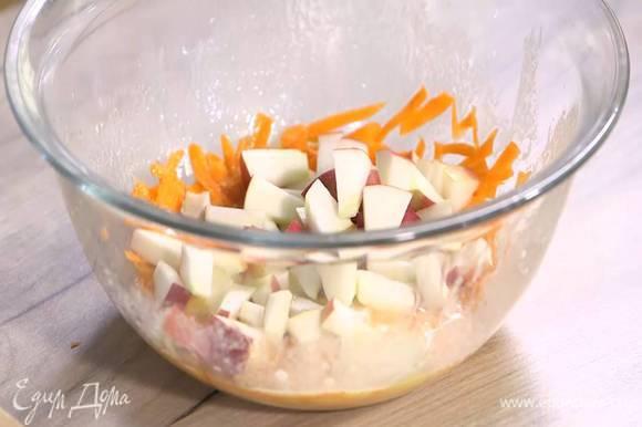 Яйца взбить венчиком, влить оливковое масло и еще раз взбить, затем добавить морковь с яблоком и все перемешать.
