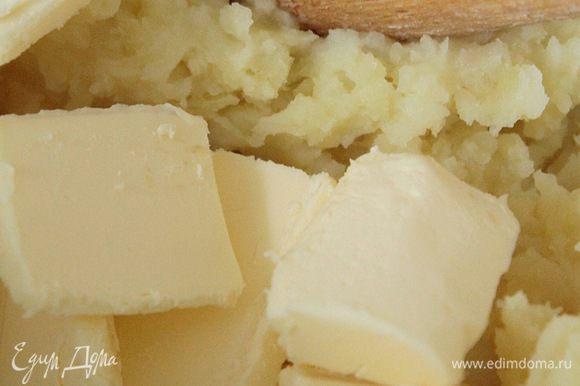Горячий вареный картофель размять в пюре. Добавить масло и еще раз размять до однородной консистенции.