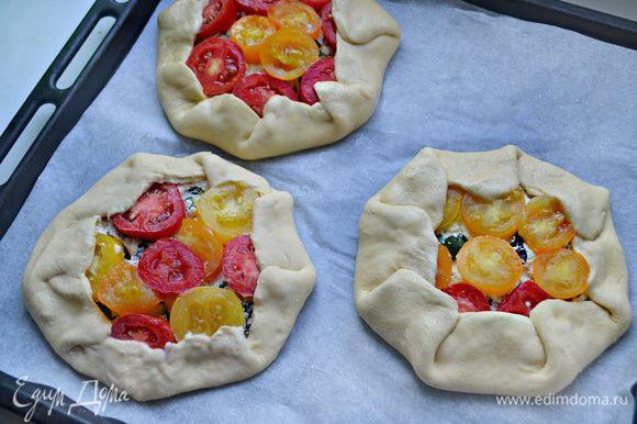 Отступив от края 3 — 4 см, разложите творожную начинку. Сверху — кружочки помидоров, и сбрызните кедровым (при желании — чесночным) маслом Biolio. Затем поочередно сложить свободные края галеты внахлест к центру.