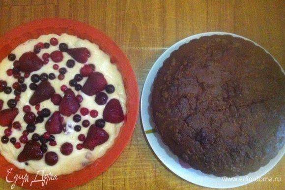 Справа — готовый шоколадный манник с халвой (слева стоит у меня еще не испеченный такой же манник, только без какао, а вместо халвы — замороженные ягоды). Когда остынет, можно присыпать сахарной пудрой и подавать к столу.