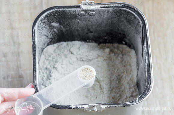 Всыпаем просеянную муку, в центр насыпаем дрожжи, по бокам — сахар и соль.