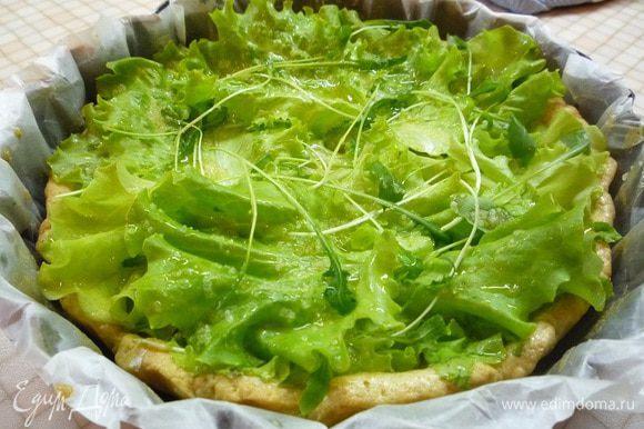 Для начинки смешиваем в чашке оливковое масло с солью. Окунаем в этот маринад листья салата (можно использовать салат айсберг, романо, латук, корн) и укладываем на корж. Сверху хаотично укладываем рукколу.