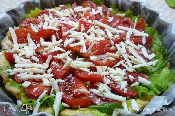 На листья салата укладываем нарезанные дольками помидоры и посыпаем крупно натертой овечьей брынзой. Убираем тарт в духовку еще на 10 минут.