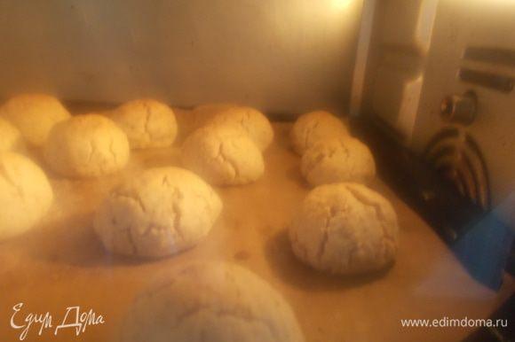 Ставим в заранее разогретую до 180°С духовку, осторожно, духовка должна быть включена только сверху. На 8 — 10 мин., когда ваше печенье расколется, как на фото, переключите духовку на нижний режим и оставьте еще на 3 мин.
