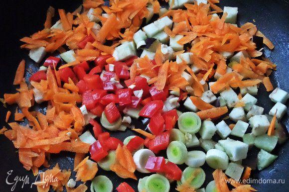 Разогреть масло в сковороде и высыпать туда овощи.