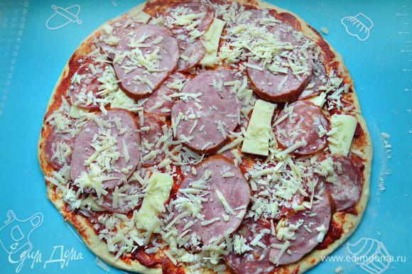 Сверху, чередуя, уложите колбасу, ветчину, моцареллу и тертый сыр.