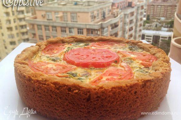 Почистить и нарезать мелко лук и 2 помидора (один оставить на украшение пирога сверху), потушить до мягкости. Добавьте зелень: нарезанный шпинат, соль по вкусу. Измельчить на терке сыр и смешать с яйцами и порубленным зеленым луком. Добавить тушеный лук с помидорами и хорошо перемешать. В форму выложить начинку. Выпекать при температуре 180°С минут 35 — 40 Приятного аппетита!