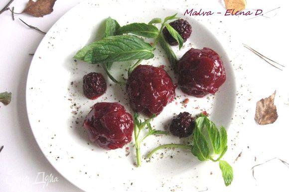 Слой желе ложечкой разместить на каждом шарике паштета. Блюдо украсить ягодами ежевики.