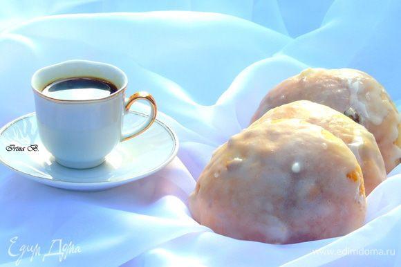 Для глазури смешайте сахарную пудру с яичным белком и покройте булочки.