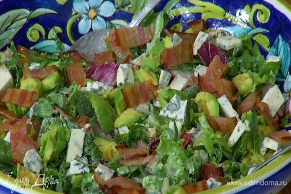 На салат выложить авокадо, голубой сыр и сало, посыпать измельченным руками тархуном.