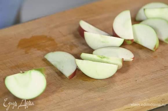 Яблоко, удалив сердцевину, нарезать толстыми дольками.