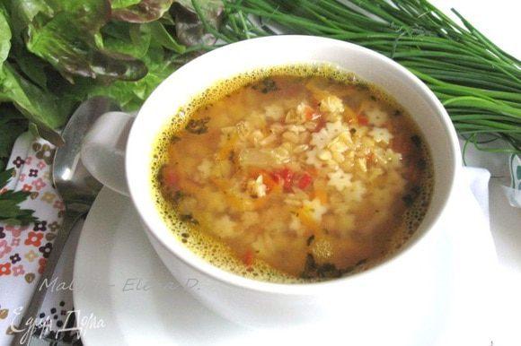 Вскипятить воду (куриный бульон), посолить. Положить все необходимое для супа (сельдерей, морковь, сухую смесь, специи и сухие травы), кроме пармезана и нарезанной зелени. Варить на медленном огне 18 — 20 минут под крышкой. Налить в тарелки (чашки).