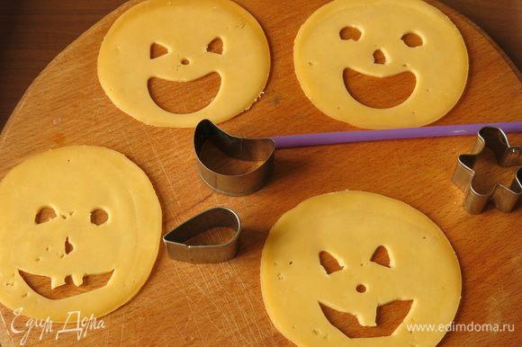 Пока жарятся котлеты, берем сыр пластинками, рекомендую взять нарезку круглого сыра. С помощью формочек, трубочки и просто ножом вырезаем мордочки.