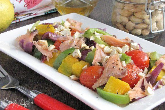 Переложить овощи в салатник, добавить кусочки рыбы, полить заправкой. Сверху посыпать поджаренными и измельченными орешками кешью. Подавать к столу! Приятного аппетита!