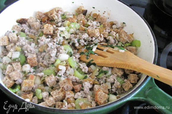 Добавить в сковороду яблоко, хлеб, изюм и петрушку. Влить немного куриного бульона, пока начинка не станет слегка влажной. Мне куриный бульон не понадобился.