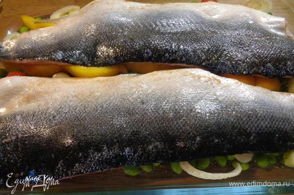 Выложить рыбу в форму поверх овощей, шкуркой вверх. И отправим в разогретую до 200°С духовку на 25 — 30 минут.