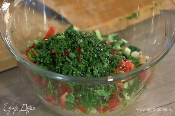 К киноа добавить нарезные овощи и зелень, сбрызнуть все оливковым маслом, посолить, поперчить и перемешать.