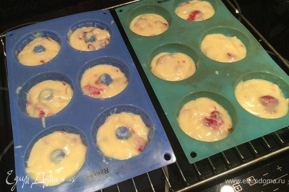 Формы для кексов наполните тестом на 2/3 части. Выпекайте в духовке около 20 минут, готовность проверьте зубочисткой.