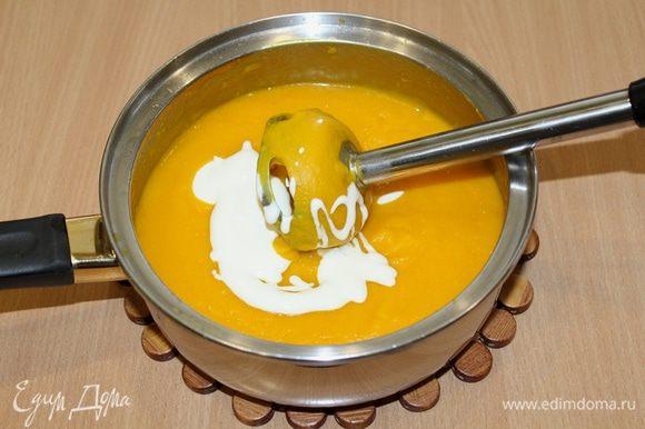 Суп измельчить блендером, добавить сливки. Креветки обжарить на оливковом масле.