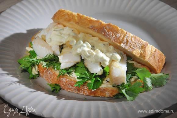 Сверху выложить обжаренную рыбу, еще немного смазать тартаром, затем накрыть вторым куском хлеба.