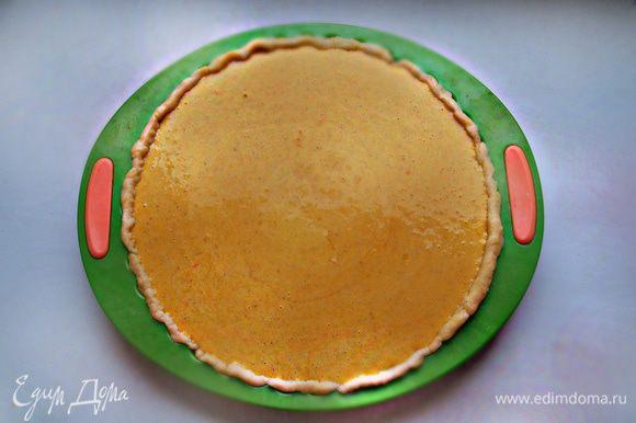 На тесто вылить начинку и отправить форму в разогретую до 180°С духовку на 1 час. Готовность пирога проверяется деревянной палочкой: если она сухая, пирог готов.