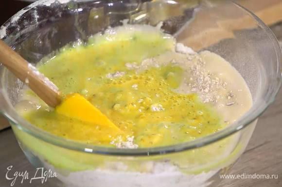 К муке с миндалем влить яично-сахарную массу, добавить разрыхлитель, все перемешать, затем, постоянно помешивая, медленно влить апельсиново-масляную смесь.