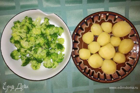 Брокколи разобрать на соцветия. Поварить в подсоленной воде картофель около 5 мин. и брокколи около 3 мин. Картофель я выбирала самый маленький по размеру.
