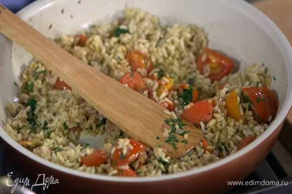 К помидорам с луком и чесноком выложить отваренный рис, измельченную петрушку, все перемешать и немного прогреть.