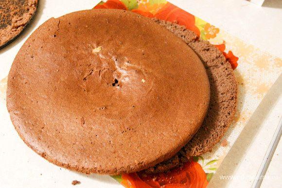 Когда бисквит остынет, тонким и острым ножом аккуратно разрежем его вдоль на две части. По желанию можно выпечь еще один корж, тоже разрезав его. Тогда тортик получится выше.