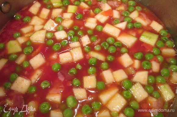 Следом за горошком добавляем томатный сок, картофель, цукини и болгарский перец. Доливаем необходимое количество кипятка по вкусу и варим до готовности картофеля, минут 10.
