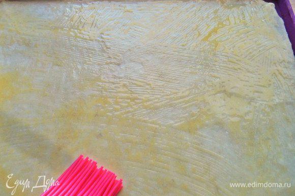 Растопить сливочное масло кисточкой и смазать всю поверхность теста.