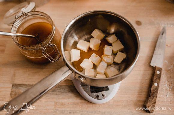 Берем сотейник, добавляем в него сливочное масло, нарезанное кубиками, мед, соду, разрыхлитель и столовую ложку воды. Ставим на плиту и нагреваем. Когда масса будет активно пениться снимаем с огня.