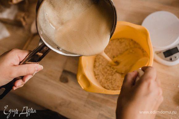 Сразу же выливаем горячую массу в емкость с сухими ингредиентами. Перемешиваем все до однородного состояния. Можно добавить изюм, кусочки шоколада. Я добавила подсолнечные семечки.