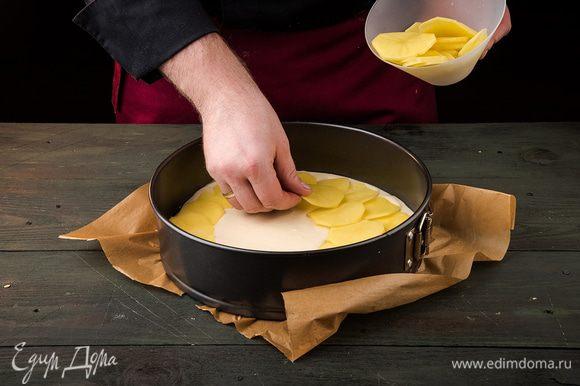 Форму смазать маслом или выстелить пергаментом, вылить половину теста.