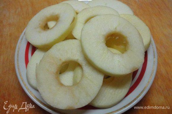 Яблоки очистить от кожицы, нарезать кружочками в полсантиметра и удалить сердцевину.