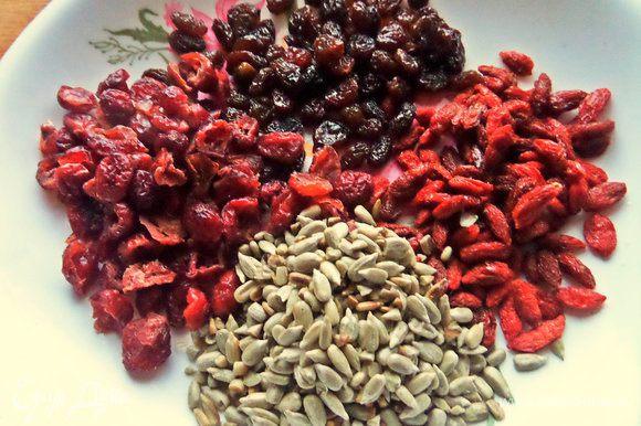 Подготавливаем любые цукаты, ягоды и семечки. Семечки заранее обжарить, изюм можно вымочить в коньяке или бренди.
