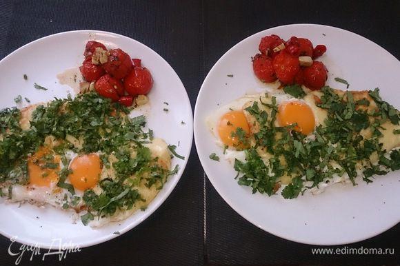 Выкладываем на тарелку вместе с печеными помидорами, посыпаем рубленной кинзой и молотым перцем. Ну вот вкусный, воскресный завтрак готов!