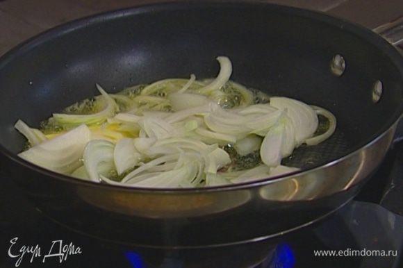 В сковороде с толстым дном разогреть сливочное масло и обжаривать лук и чеснок на медленном огне, пока лук не станет золотистым.